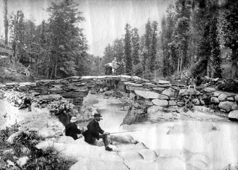 Pont aux ânes, Auzat, 1882. Des gens font semblant de s'occuper